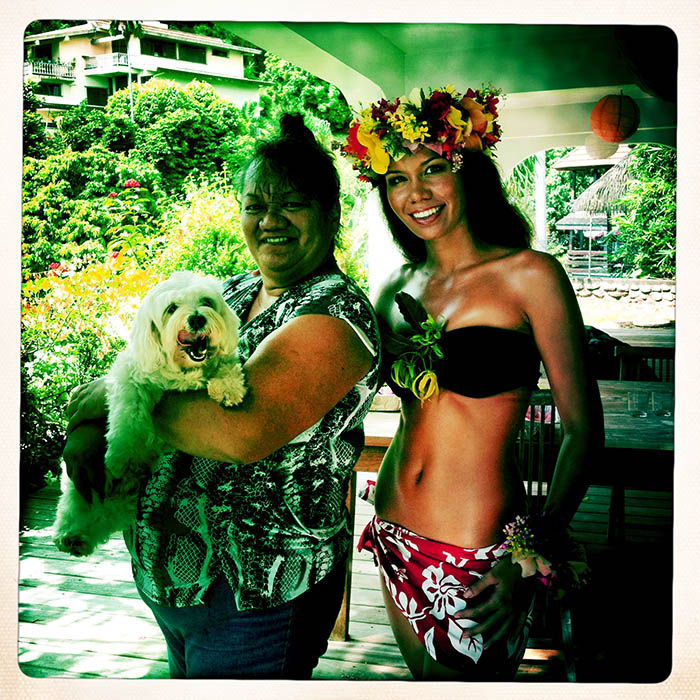 Backstage with Pohere Wilson (Miss Tahiti & Miss Hawaï) , her mama & our assistant Popo the dog.