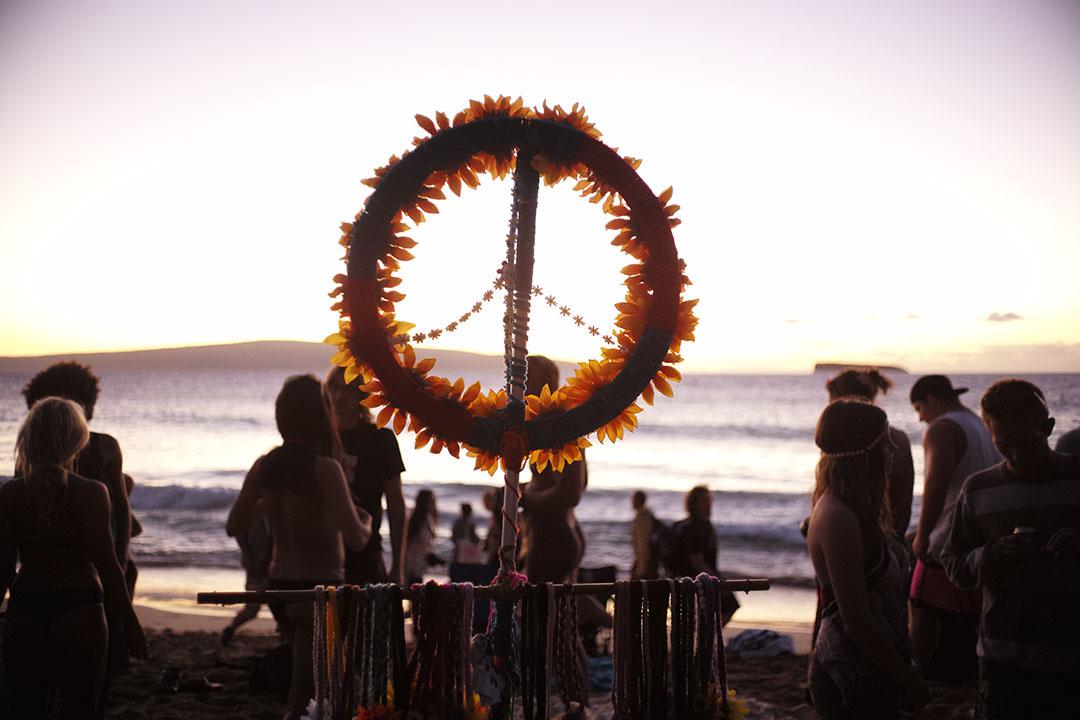 """Peace and Love - The flower power"", street photography on the beach, © Loïc Dorez."